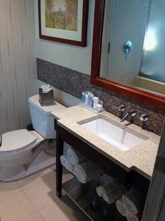 Wyndham Garden Chinatown Hotel en NYC - baño