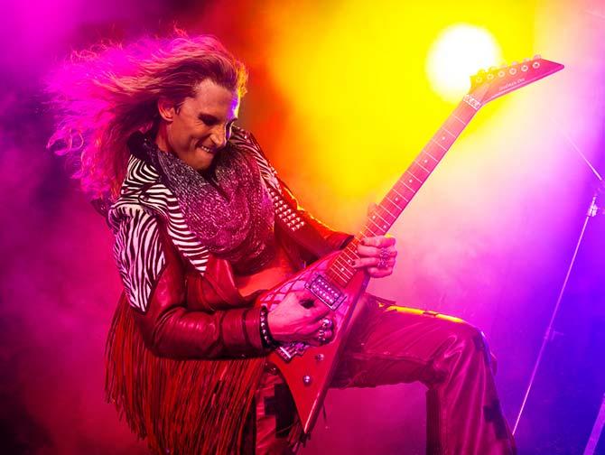 Tickets para Rock of Ages the Musical en Nueva York - Guitarra de Stacee
