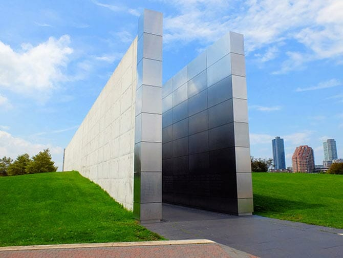Empty Sky Memorial en New Jersey - Vista lateral