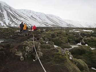 Escala en Islandia - formaciones de lava