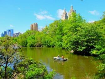 Alquiler de bote de remos en Central Park - Una pareja remando