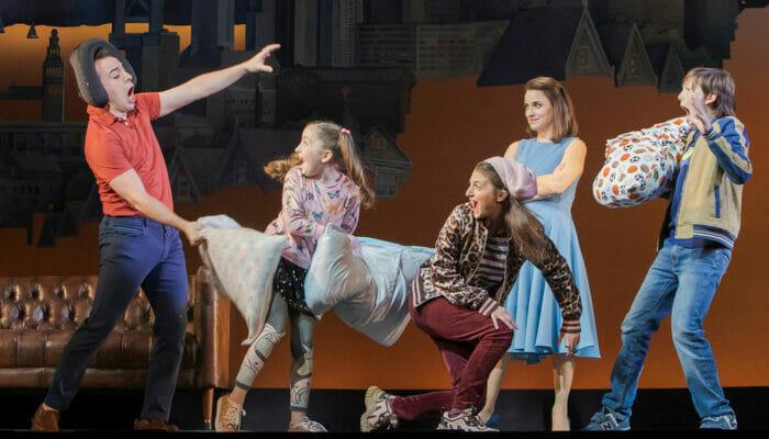 Tickets para Mrs. Doubtfire en Broadway - Pelea de almohadas