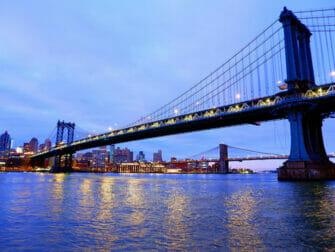 Manhattan Bridge en Nueva York - De noche